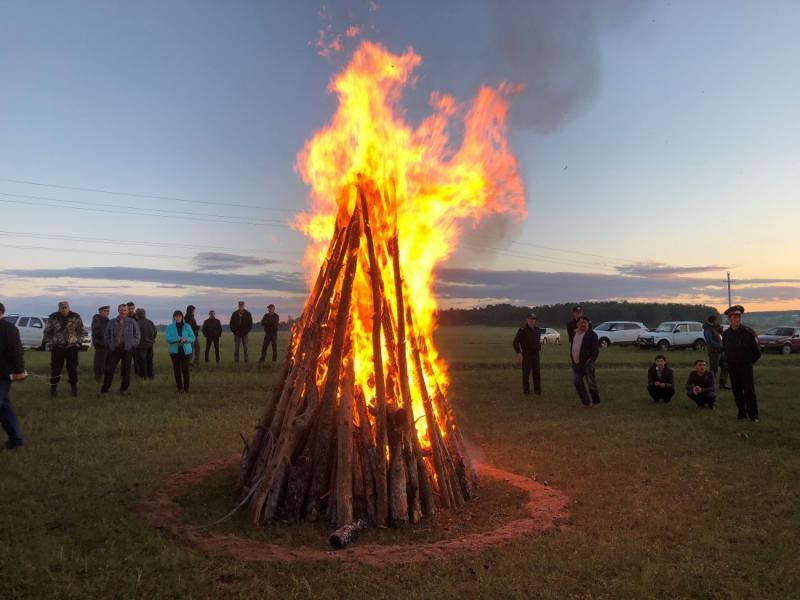 A-warming-bonfire-to-warm-the-rally-participants-spirits