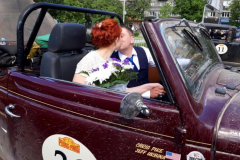 Newlyweds-in-the-Ford-in-Novosibirsk