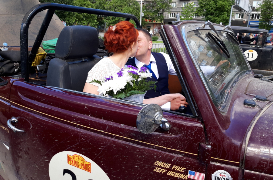 Newlyweds in the Ford in Novosibirsk
